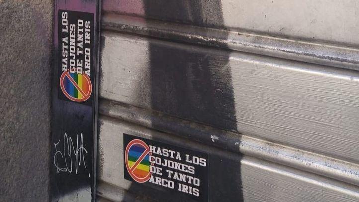 Pegatinas homófobas con el mensaje 'Hasta los cojones de tanto arcoiris'.