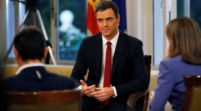 El presidente del Gobierno, Pedro Sánchez, al inicio de la entrevista concedida a RTVE en La Moncloa