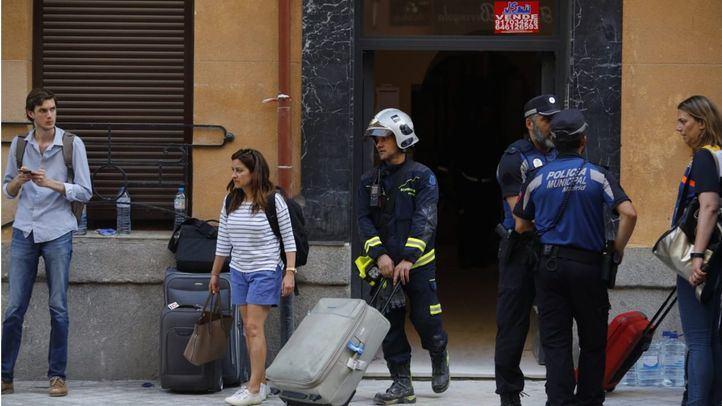 Los vecinos confinados en el edificio de Chamberí salen de sus casas