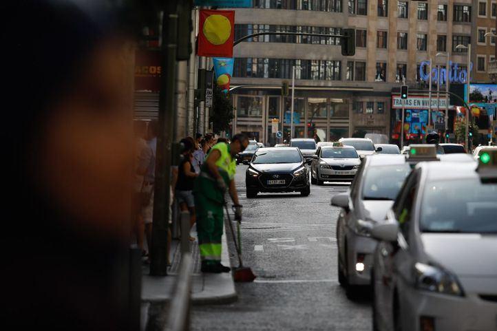 Taxis y coches VTC por la Gran Vía.