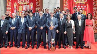 El Real Madrid de Baloncesto visita a Ángel Garrido tras proclamarse campeones de la Liga ACB.
