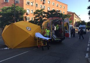 Los servicios de emergencias estabilizan y trasladan muy grave al Marañón a la mujer atropellada