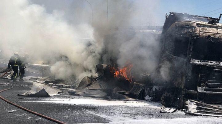 Imagen del accidente acontecido en la A-1 entre un turismo y un camión.