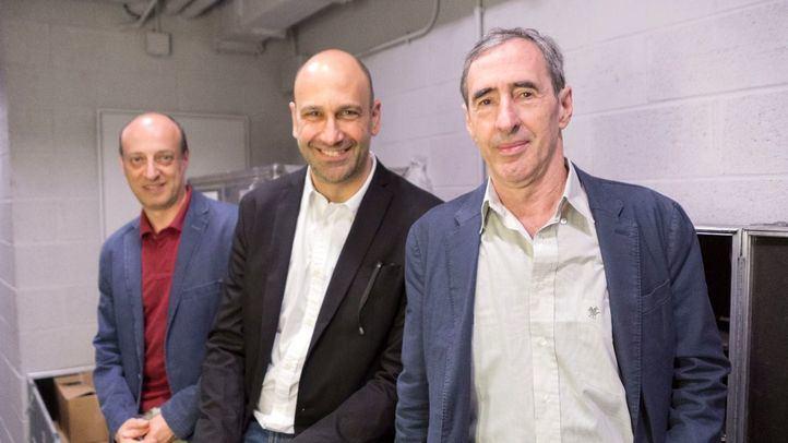 El director Stefano de Luca (centro) entre los actores Giorgio Bongiovanni y Enrico Bonavera hoy en Madrid.