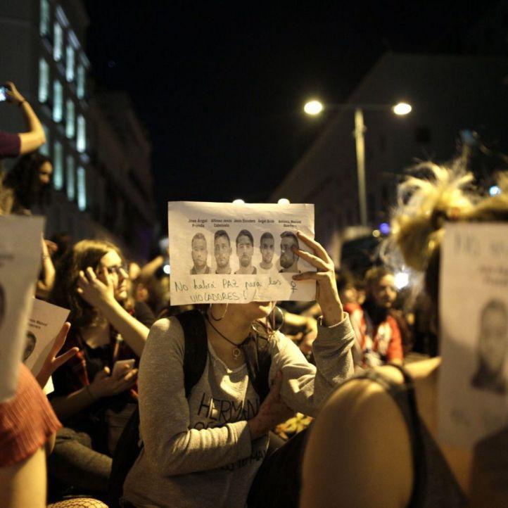 El juez dicta libertad provisional para La Manada pero les prohíbe entrar en Madrid
