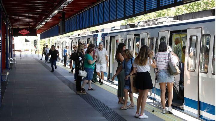 Estación de Aluche de la linea 5 de Metro, donde ha renovado pavimento, señalética y escaleras mecánicas.