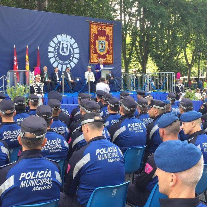 La alcaldesa de Madrid, Manuela Carmena, y el delegado de Seguridad y Emergencias del Ayto., Javier Barbero, presiden uno de los actos del día de San Juan Bautista, patrón de la Policía Municipal.