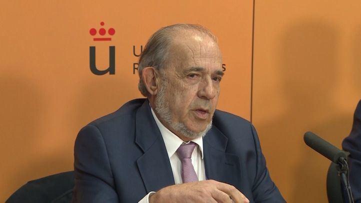 El catedrático Enrique Álvarez Conde durante una rueda de prensa en la URJC.