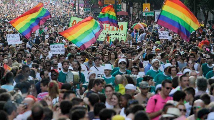 Novedades del Orgullo: sin escenario en Alcalá, Neptuno iluminado y un vestido con banderas de países antiLGTBI