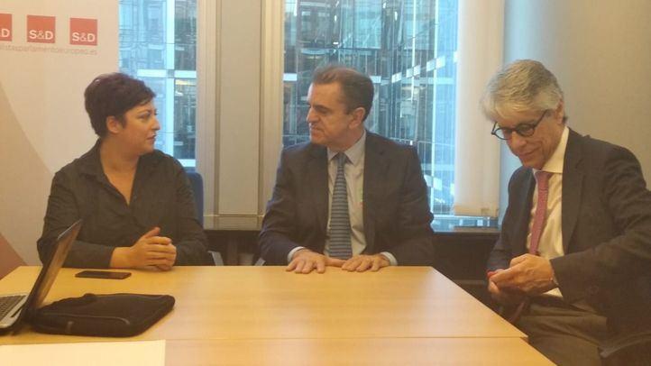 José Manuel Franco junto a la eurodiputada Eider Gardiazabal y el secretario de Área de Globalización, UE y Solidaridad, Carlos Carnero