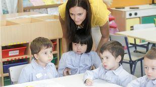 Una profesora de educación infantil con sus alumnos.