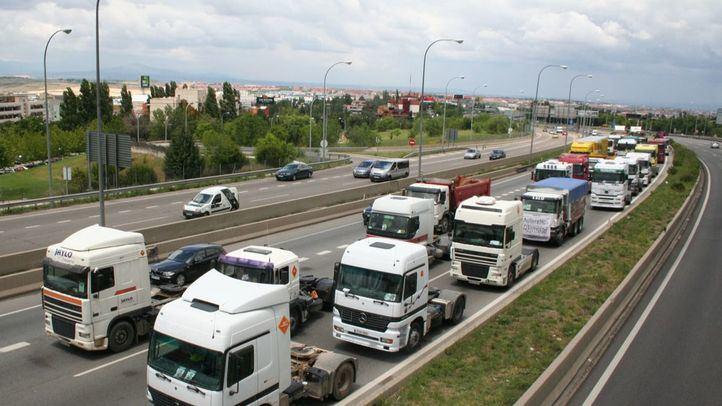 Imagen de archivo de un grupo de camiones circulando.