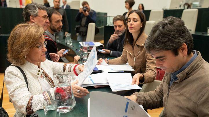 La portavoz del PSOE con varios concejales de Ahora Madrid en un Pleno.