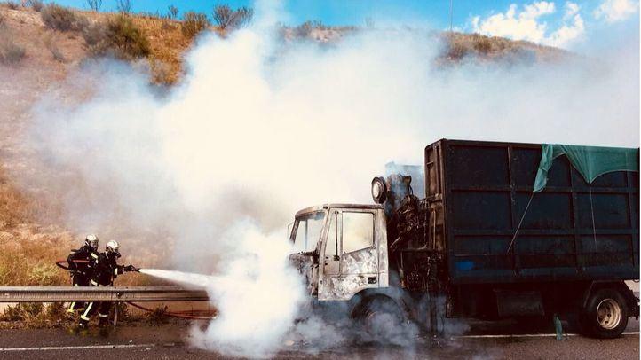 Los bomberos apagan un camión incendiado en la M-50.
