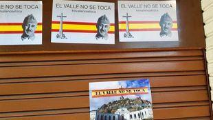 La sede del PSOE en Alcalá de Henares ha amanecido con carteles del dictador Francisco Franco y un mensaje 'El Valle de los Caídos no se toca'