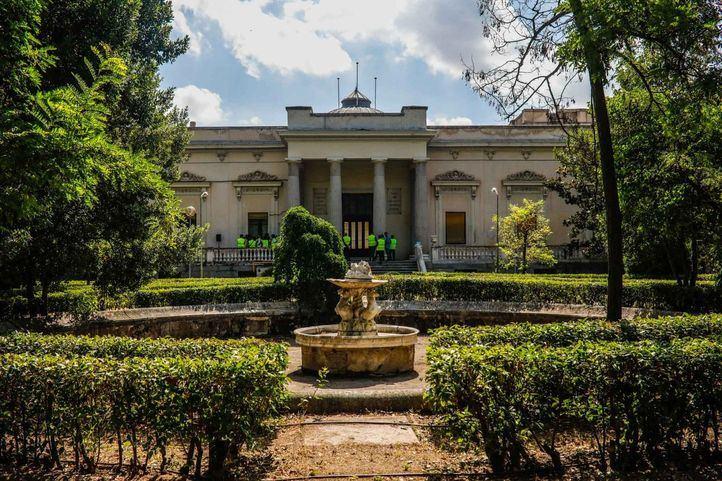 Fachada del Palacio Nuevo y una de las tres fuentes del conjunto histórico.