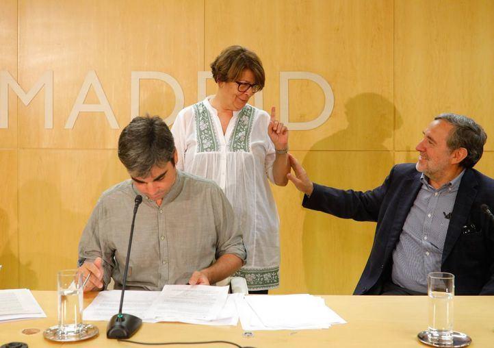 La delegada de Medio Ambiente y Movilidad del Ayuntamiento de Madrid, Inés Sabanés, junto al delegado de Economía y Hacienda, Jorge García Castaño, han presentado un Hoja de ruta hacia la sostenibilidad energética.