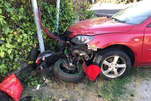 Imagen del accidente que ha tenido lugar en Valdemorillo entre una moto y un coche.