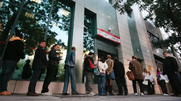Madrileños a las puertas de una oficina del Inem.