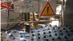 Garrafas de agua para abastecer a los vecinos de la Corredera Baja de San Pablo, sin agua desde mediodía.