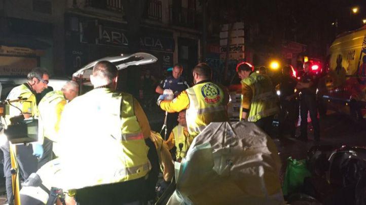 Los servicios de emergencia atienden a los heridos en la colisión en el paseo de Extremadura