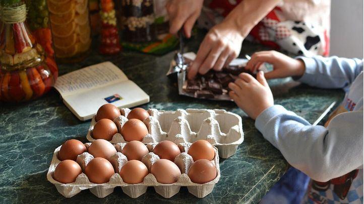 Cocinar con niños, una actividad para las horas muertas en las vacaciones de verano.
