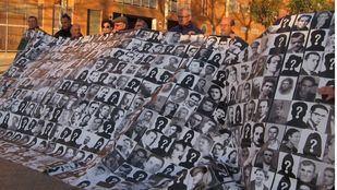 En España, la pena de muerte está prohibida pero la Constitución permite recuperarla en tiempos de guerra. En la imagen, una protesta de familiares de desaparecidos.