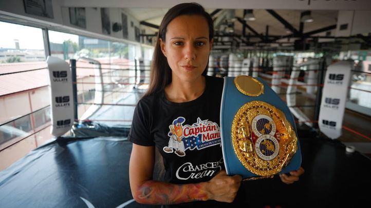 Joana Pastrana con el cinturón de campeona del mundo IBF.