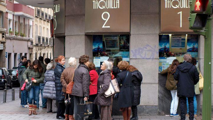 Gente en las taquillas de un cine.