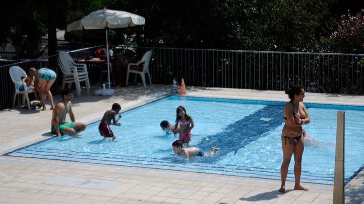 Piscina infantil de la CAM del Canal con niños bañándose