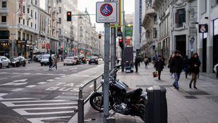 Señales de prohibido aparcar o estacionar motos en las aceras de la calle Gran Vía.