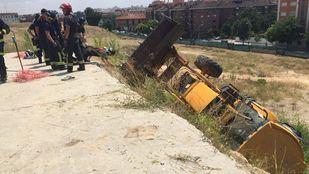 Los bomberos han instalado una grúa para poder remolcar la máquina y liberar a la víctima que estaba atrapada.