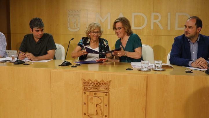 Manuela Carmena y Purificación Causapié firman el acuerdo para los Presupuestos municipales de 2018