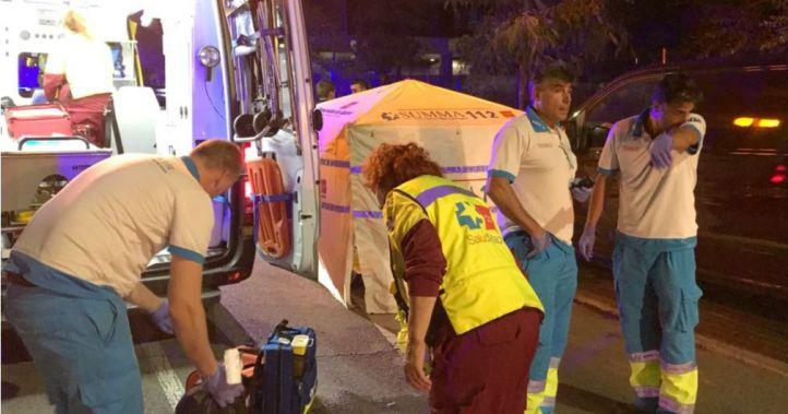 Los servicios de emergencias intentar reanimar al herido por arma blanca