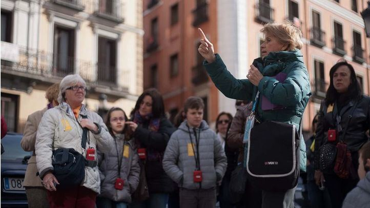 Una guía enseña Madrid a un grupo de turistas.