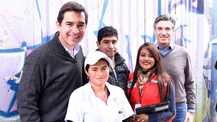 Carlos Torres Vila y Javier M. Flores han visitado a emprendedores a las afueras de Bogotá.