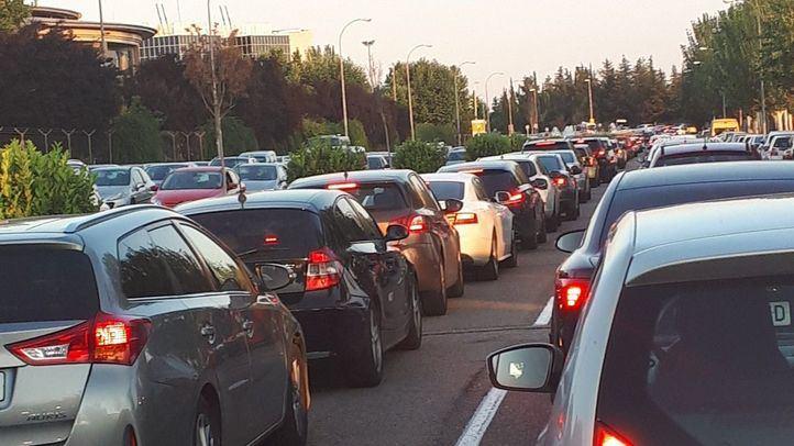 Las retenciones en los accesos por carretera han sido kilométricas.