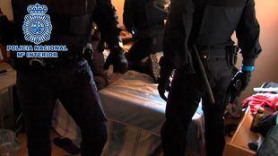 La Policía Nacional ha realizado varias de las detenciones durante el registro de un piso de reclutamiento de las bandas en Carabanchel