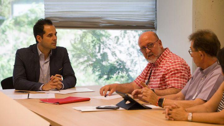 Los secretarios generales de Madrid de UGT y de CCOO se han reunido con el portavoz de Ciudadanos en la Asamblea de Madrid, Ignacio Aguado.
