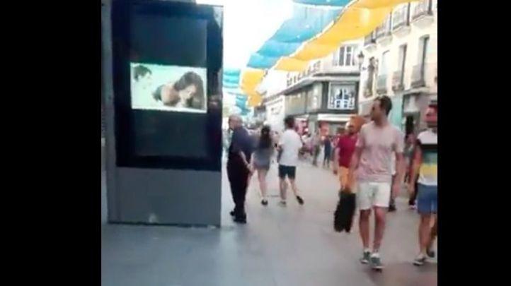 Hackean una pantalla en Preciados con un vídeo porno