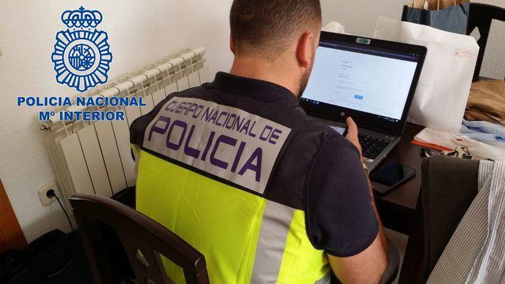 Efectivo de la Policía Nacional en el registro.