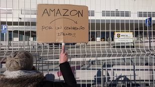Cartel pidiendo un convenio digno frente a un almacén de Amazon.