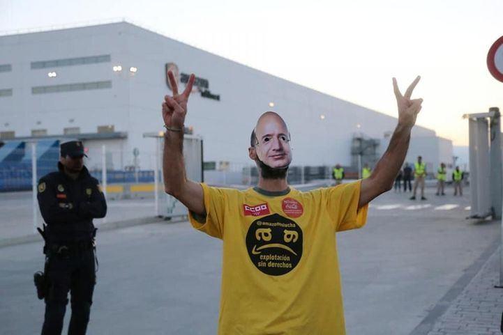 Un trabajador de Amazon durante la segunda jornada de huelga