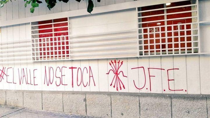 La sede del PSOE-M amanece con pintadas falangistas