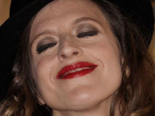 La polifacética María Villarroya sorprende con sus 'Silencios cantados' en el Lara