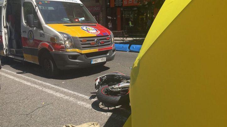 Fallece un motorista en la calle Alcalá tras caer de su moto y ser atropellado.