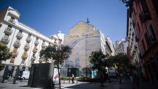 El 'Mural de la Paz' fue impulsado por el exalcalde socialista Tierno Galván en 1982 con motivo de las celebraciones de la Semana del desarme, ideada por la ONU con la finalidad de relajar las tensiones de la Guerra Fría.