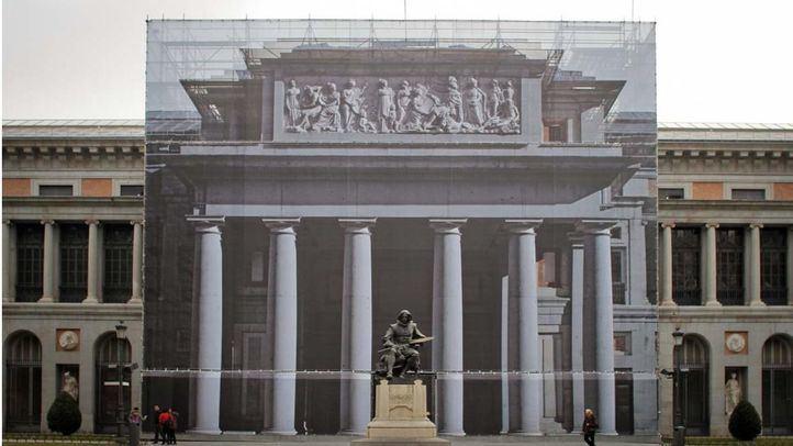 Puerta de Velazquez del Museo del Prado tapada por andamios en una obra de restauración de la fachada en 2015.