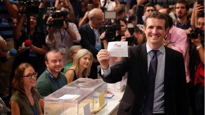 Pablo Casado, depositando su voto en las urnas.