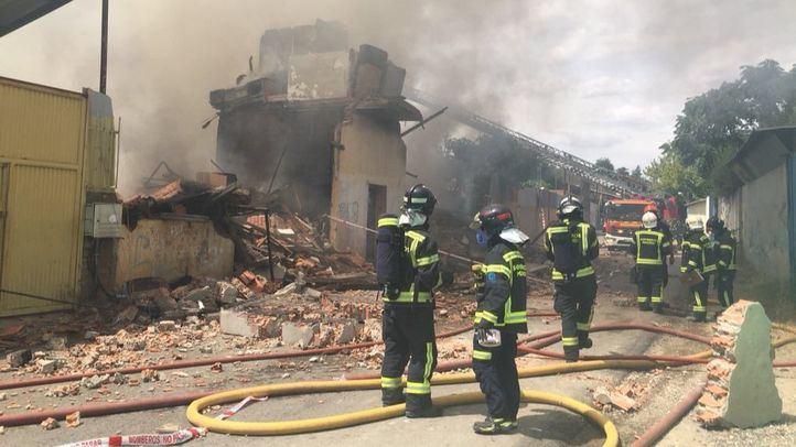Los bomberos tratan de sofocar el incendio, ya perimetrado.